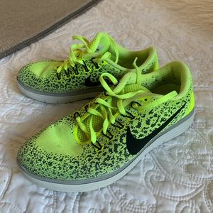 Nike tennis 🎾 green color size 6